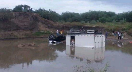 Caminhão cai em rio e deixa dois mortos no Sertão de Pernambuco