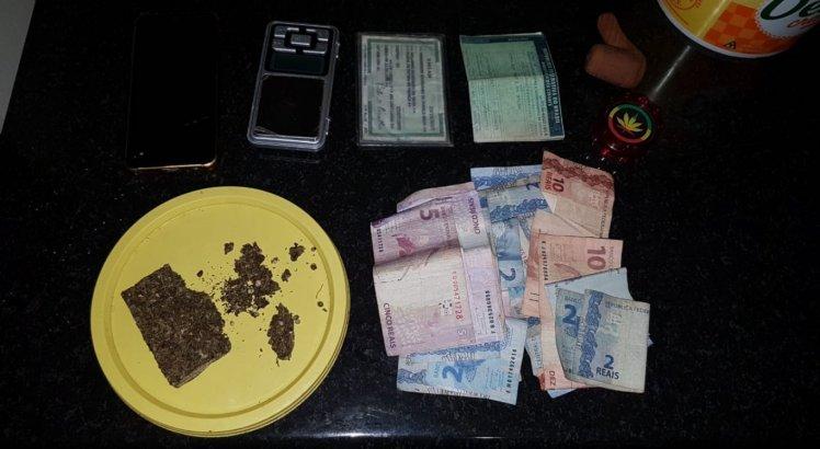 Drogas e dinheiro em espécie foram apreendidos