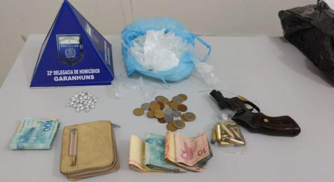 Foram apreendidos drogas, dinheiro, arma e munições