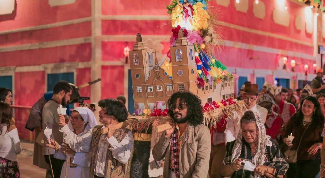 O Cortejo dos Brincantes reúne artistas e o público para se despedir dos festejos juninos com muita animação