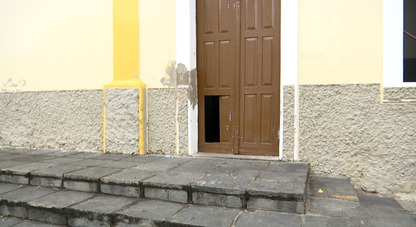Parte da porta lateral da Igreja da Conceição foi danificada