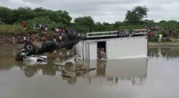 O condutor do veículo não sabia que a ponte que ficava no Rio Pequi havia sido retirada e despencou no local