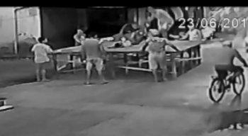 A família do rapaz jogado diz que o agressor é um militar do Corpo de Bombeiros
