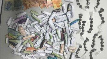 Na operação, foram apreendidos 118 big-bigs de maconha, 45 gramas da droga, uma balança de precisão e uma quantia não informada de dinheiro