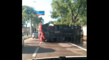 O caminhão baú chegou a ficar atravessado na pista, ocupando duas faixas