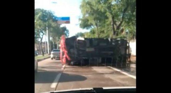 Acidente com caminhão deixa três pessoas feridas na Zona Sul