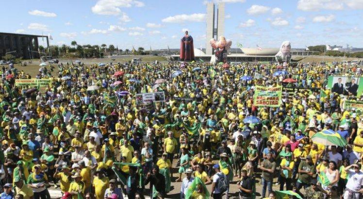Em Brasília, manifestantes, sob forte calor, foram às imediações do Congresso Nacional e externaram apoio à reforma da Previdência e a outras medidas