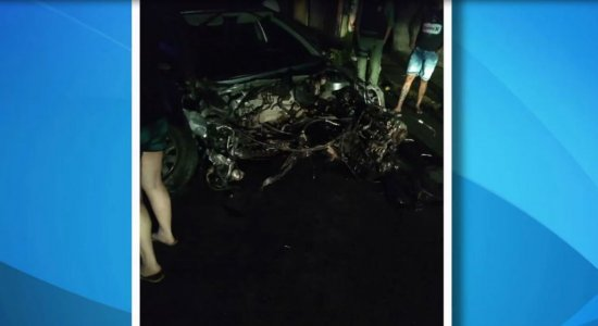 Carro bate em poste e passageira fica ferida em Casa Caiada