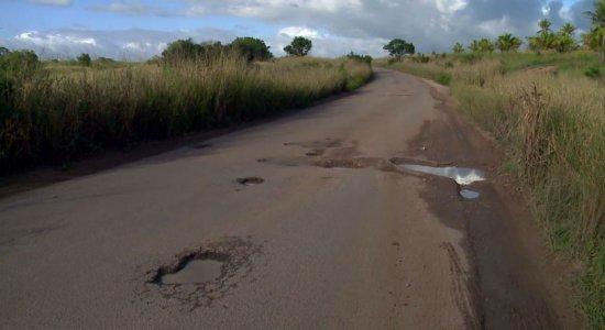 Buracos e falta de sinalização na PE-40 revolta motoristas