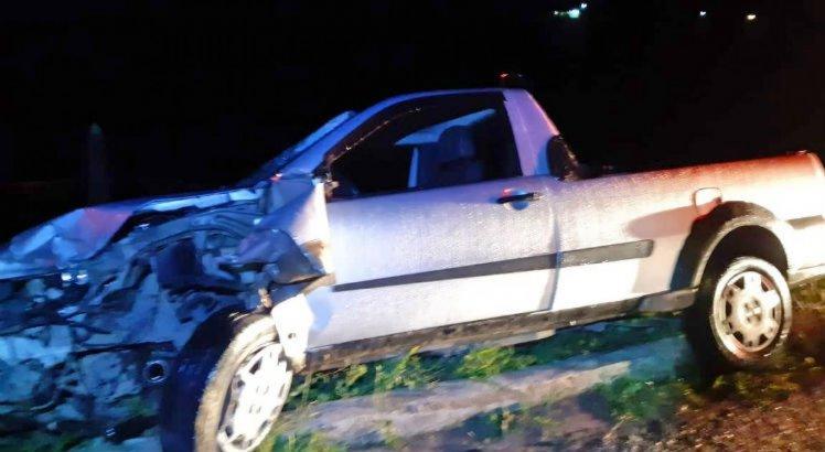 Motorista da picape ficou ferido e foi levado para o hospital