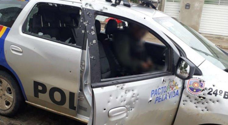 Policial estava na viatura e foi atingido por disparos de arma de fogo
