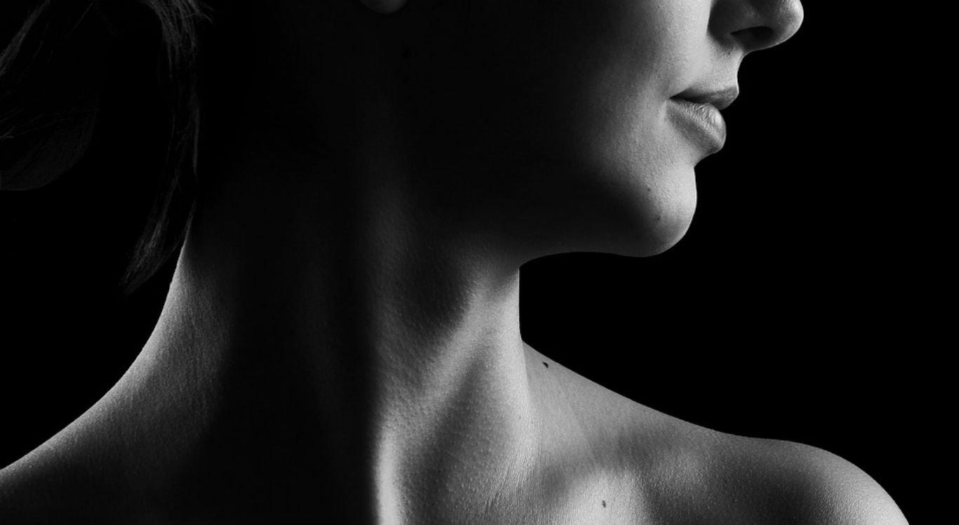 Os tumores de cabeça e pescoço são uma denominação genérica do câncer que se localiza em regiões como boca, língua, palato mole e duro, gengivas, bochechas, amígdalas, faringe, laringe (onde é formada a voz), esôfago, tireoide e seios paranasais.
