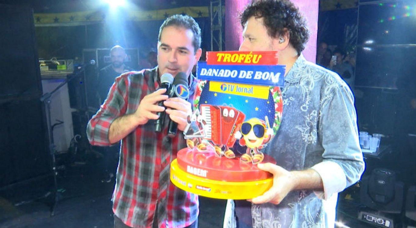 Dilson Oliveira entrega Troféu Danado de Bom ao cantor Jorge de Altinho