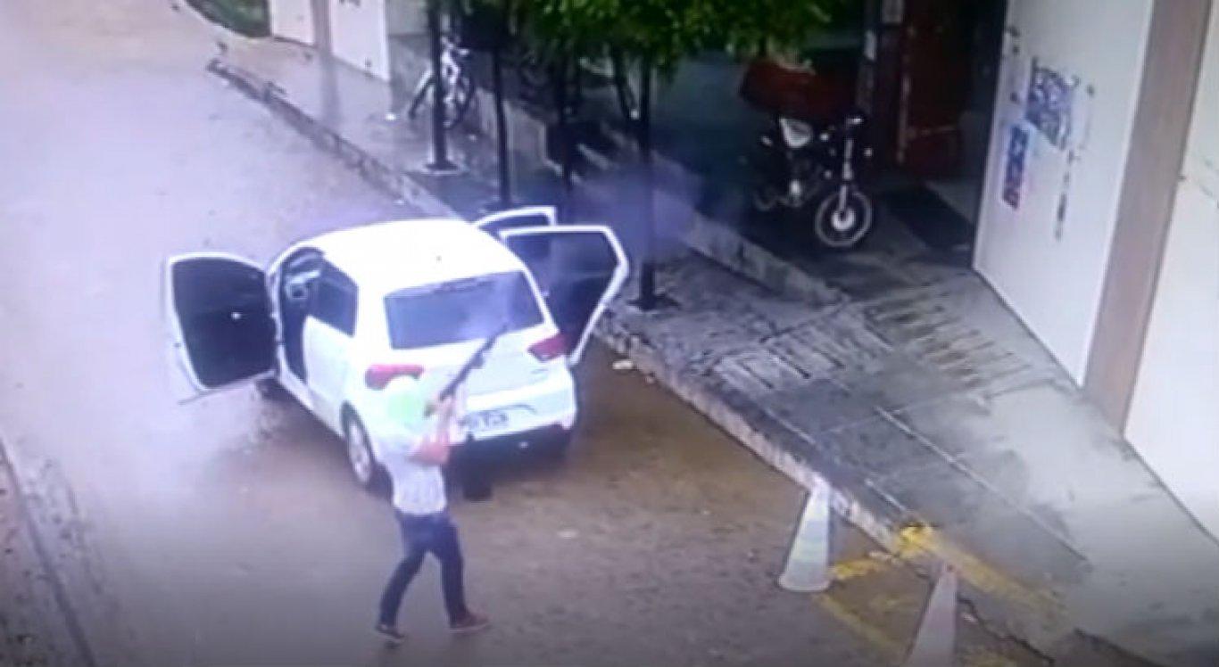 Um dos assaltantes ficou do lado de fora do mercado e chegou a efetuar um disparo