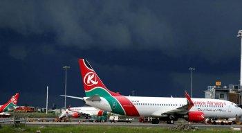 Segundo a polícia, o clandestino caiu de um avião da companhia aérea Kenya Airways que pousou no Aeroporto de Heathrow, em Londres
