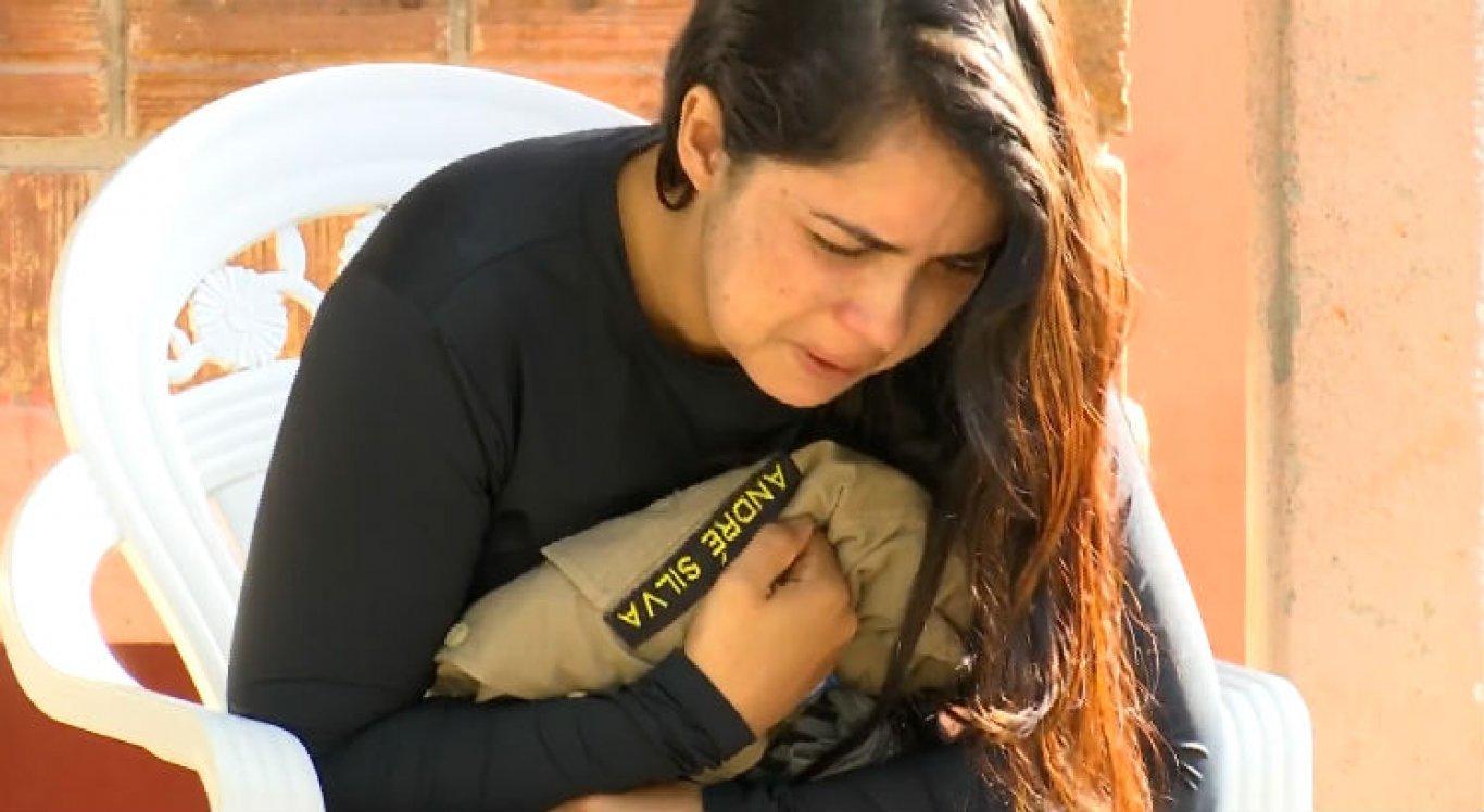 Viúva do policial André Silva, Dímitra Silva, passou velório abraçada com a farda do marido