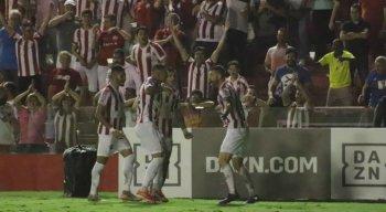 Jogadores do Náutico comemoram o gol de Fernando Lombardi, que garantiu a vitória alvirrubra.