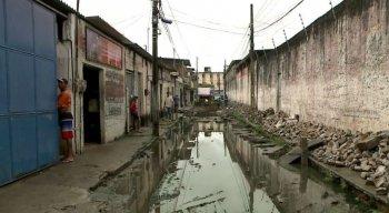 Água está empoçada na rua