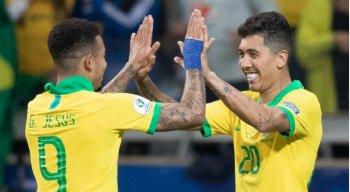 Gabriel Jesus (E) e Roberto Firmino comemoram a classificação da Seleção Brasileira para a final da Copa América.
