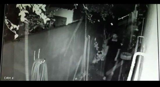 Homem invade casa no Espinheiro e sai correndo após alarme disparar