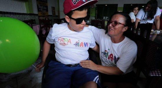 Crianças com mielomeningocele recebem doação de cadeiras de rodas