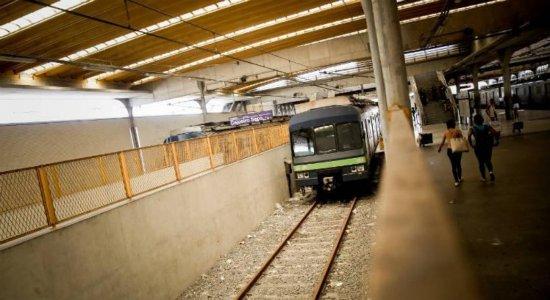 Usuário aciona botão de emergência e paralisa trem do metrô