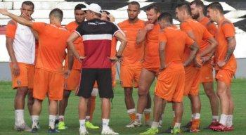 Milton Mendes reunidos com os jogadores durante treinamento no Arruda.