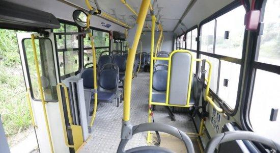 Tentativa de homicídio dentro de ônibus deixa dois feridos no Recife