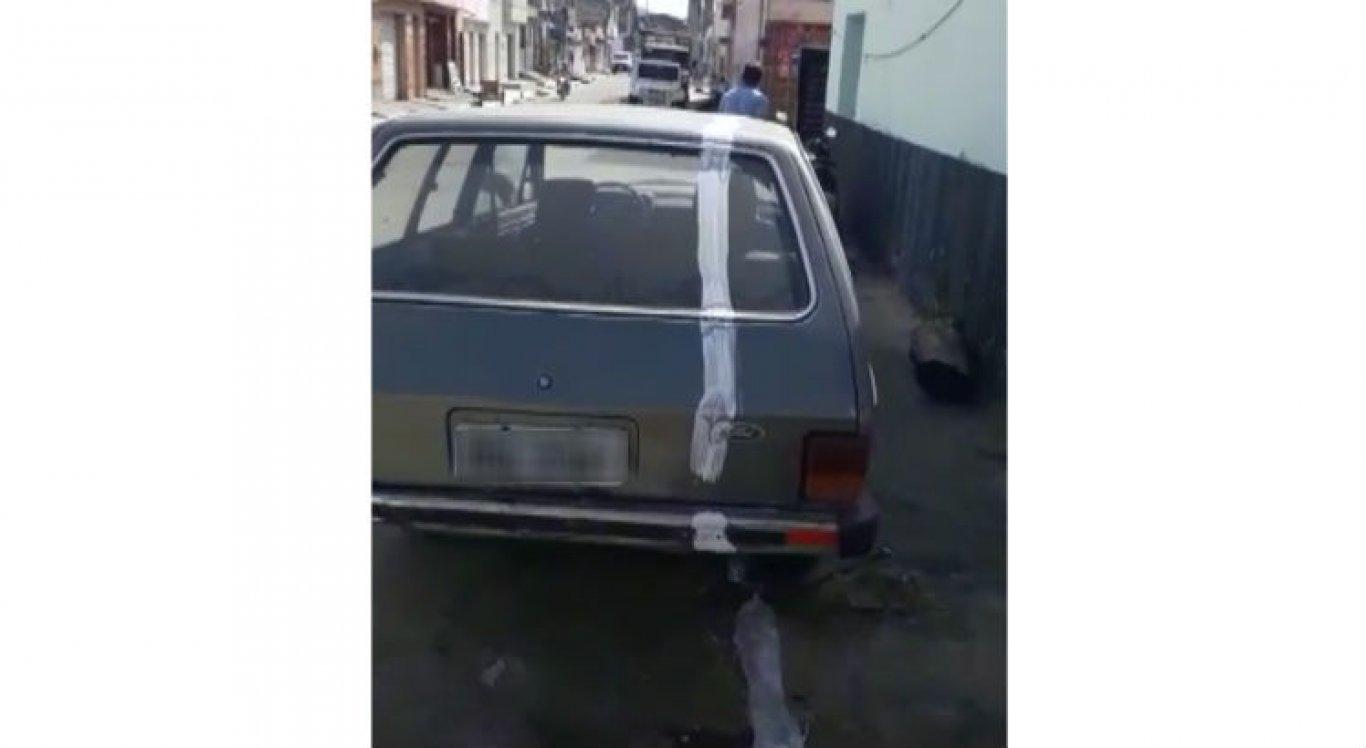 Trabalhadores estavam pintando meio-fio e fizeram pintura na lataria do carro