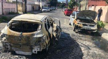 Um carro que estava estacionado foi atingido parcialmente