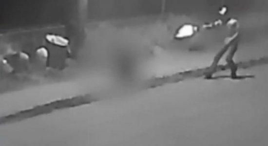 Vídeo mostra homem sendo morto e outro baleado em Aldeia