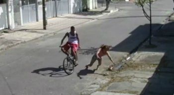 O criminoso praticou o assalto de bicicleta