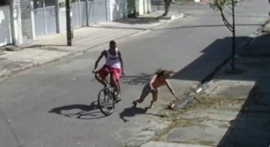 Câmera mostra abordagem violenta durante assalto em Campo Grande