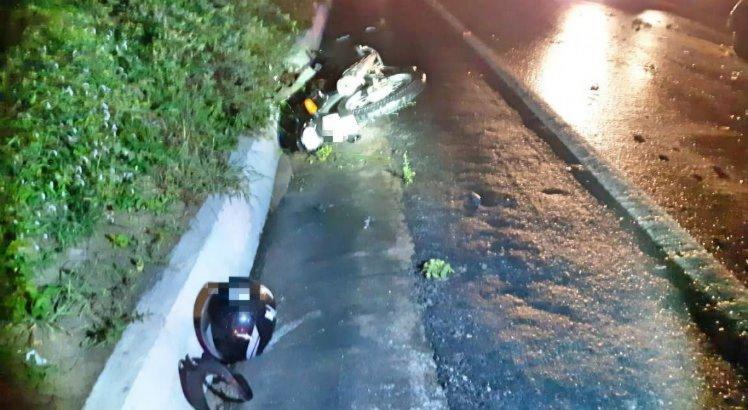 Um dos ocupantes da motocicleta morreu; o outro ficou ferido e foi socorrido