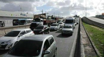 Trânsito congestionado na BR-101 Sul