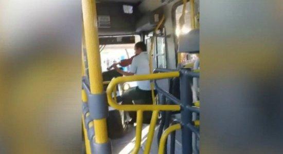 Cobrador toca violino em ônibus e encanta passageiros; veja vídeo
