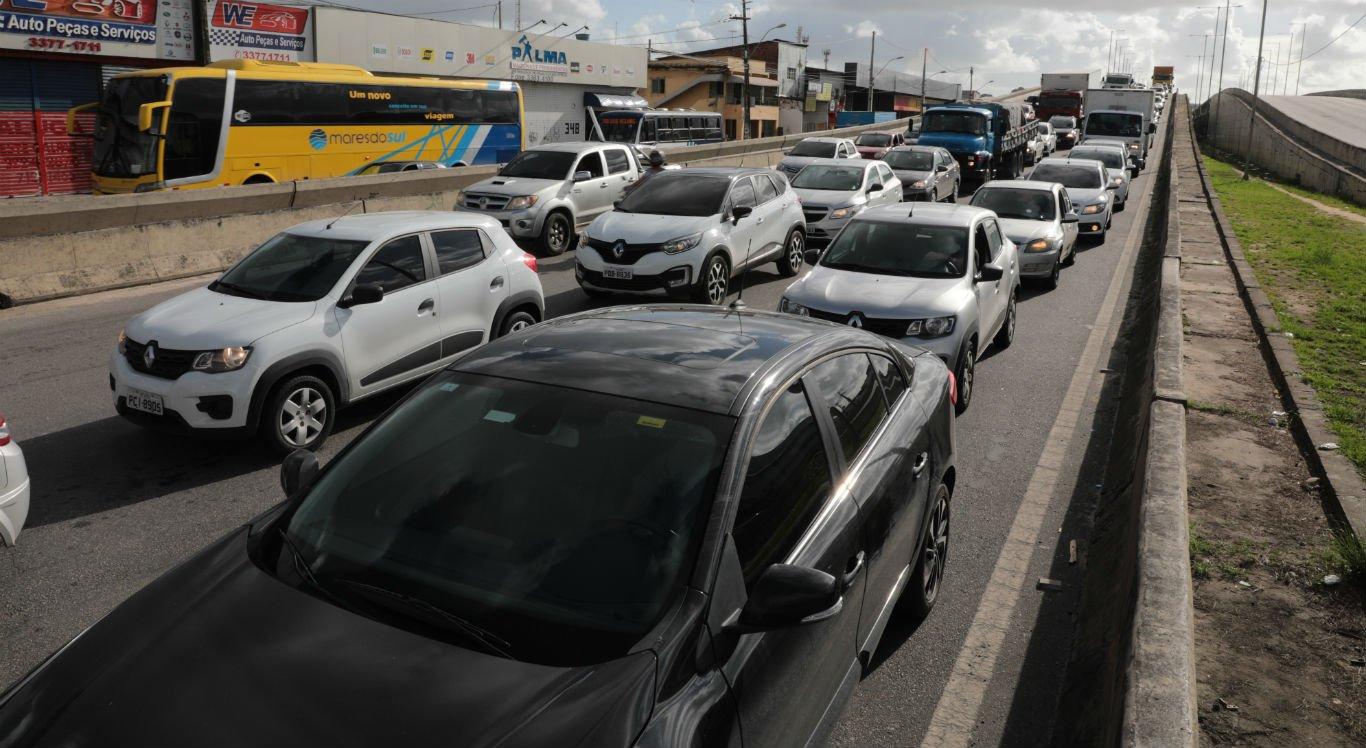 Buracos na BR-101 em Jardim São Paulo causam congestionamento