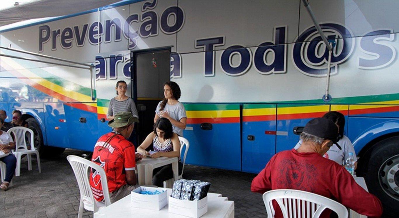 Ônibus realiza testes de HIV, sífilis e hepatite B e C na praça do Marco Zero