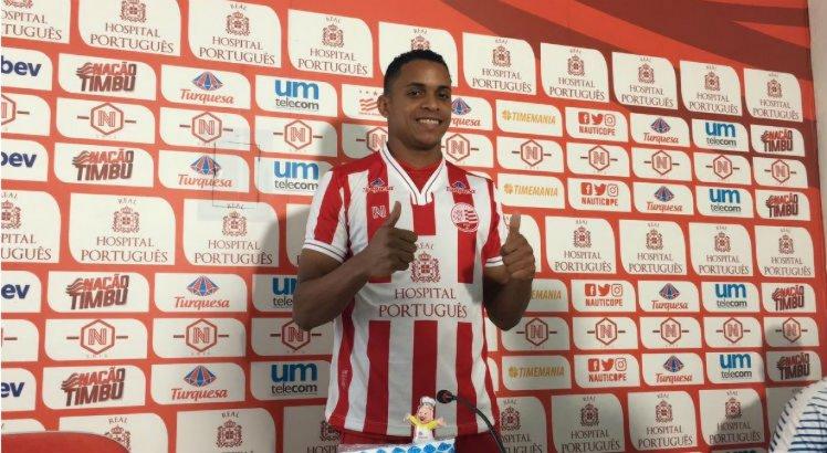 Álvaro tem 21 anos de idade e, no futebol pernambucano, já atuou pelo Salgueiro em 2016.