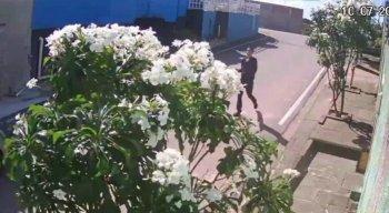 Câmeras de segurança instaladas na casa da vítima registraram o momento em que um suspeito caminha pela calçada e espera