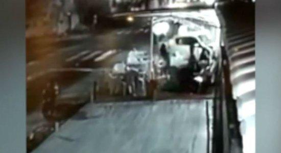 Vídeo: Mãe e filha perdem braço e mão após carro invadir hamburgueria