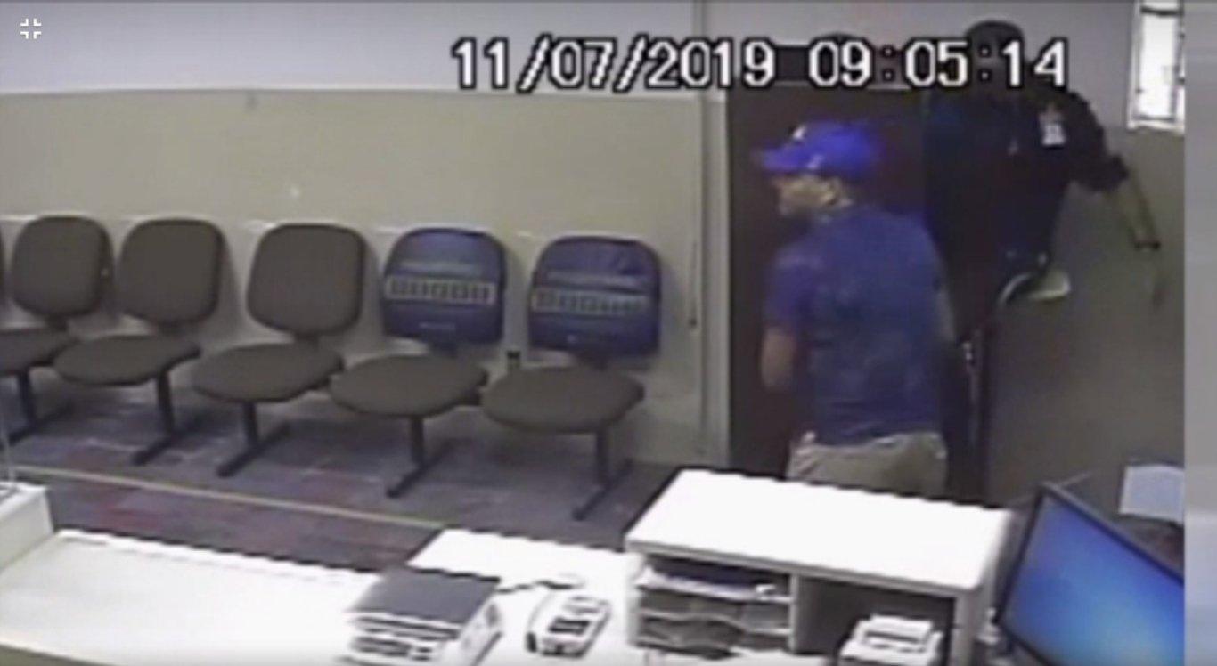 Um dos suspeitos aborda o vigilante