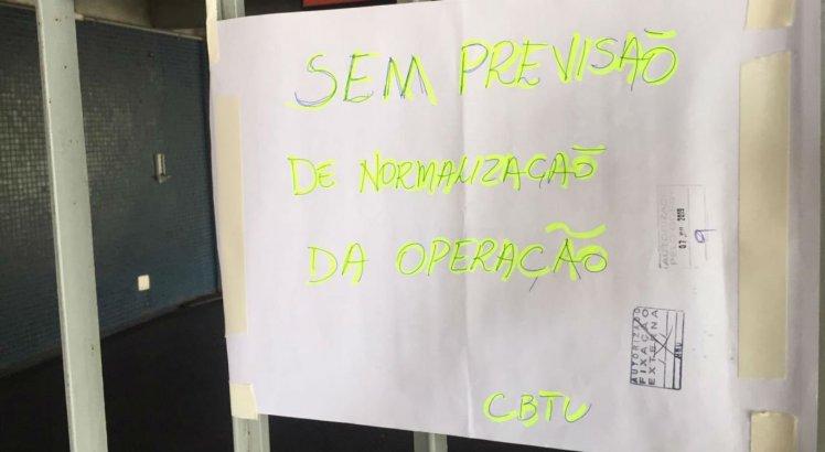 Um cartaz foi fixado na Estação Ipiranga, no bairro de Ipiranga, informando que não há previsão para o serviço voltar