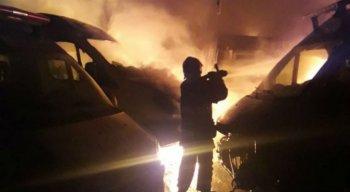 Bombeiros controlaram incêndio por volta das 2h da madrugada