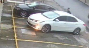 As vítimas estavam em um carro branco, na Rua Ribeiro de Brito