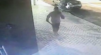 Homem foi filmado por uma câmera de segurança na Rua da Aurora