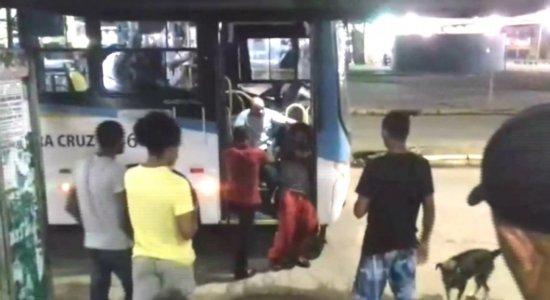 Motorista de ônibus é filmado agredindo homem com deficiência