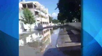 Nas imagens é possível ver muita lama e buracos na rua