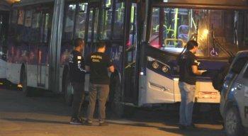 O motorista levou o ônibus até o Terminal Integrado da Caxangá e tentou socorrer o suspeito, mas o rapaz já estava morto