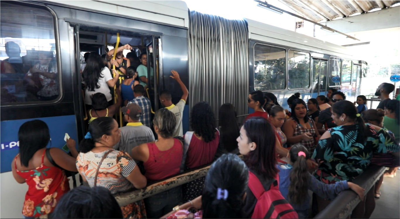 Sem metrô para o Recife, passageiros de Camaragibe sofrem com poucos ônibus